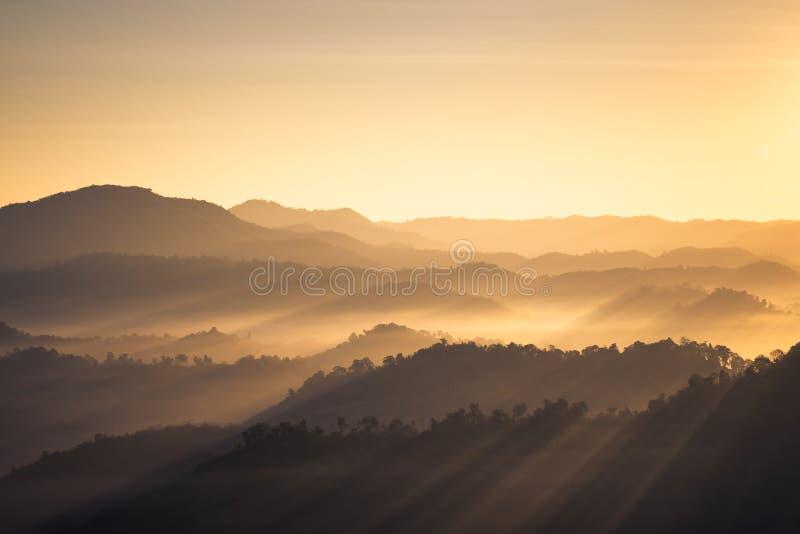 Mountain View z ranku światłem słonecznym w mgle zdjęcia royalty free
