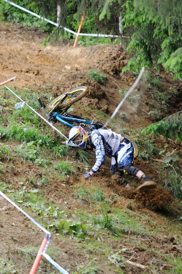 Mountainbike cuesta abajo imagenes de archivo