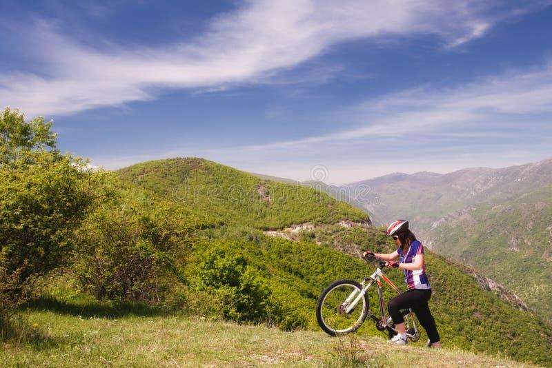 Mountainbike-Mädchen in der Natur lizenzfreies stockfoto