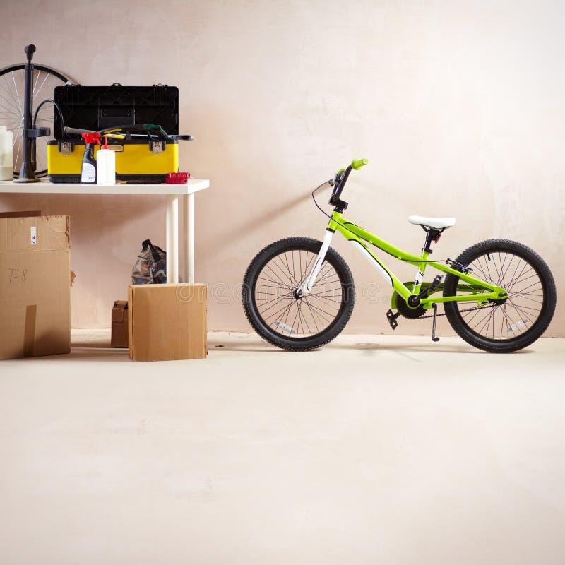 Mountainbike och utrustning arkivbilder