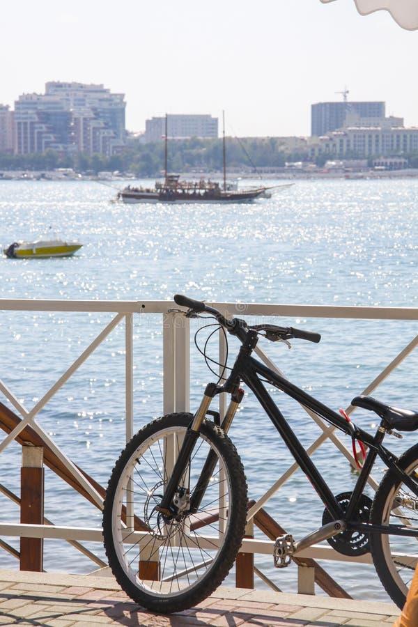 Mountainbike på stranden royaltyfri fotografi