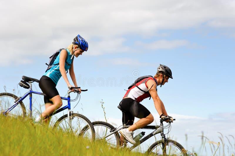 Mountainbike Paare draußen lizenzfreie stockfotos