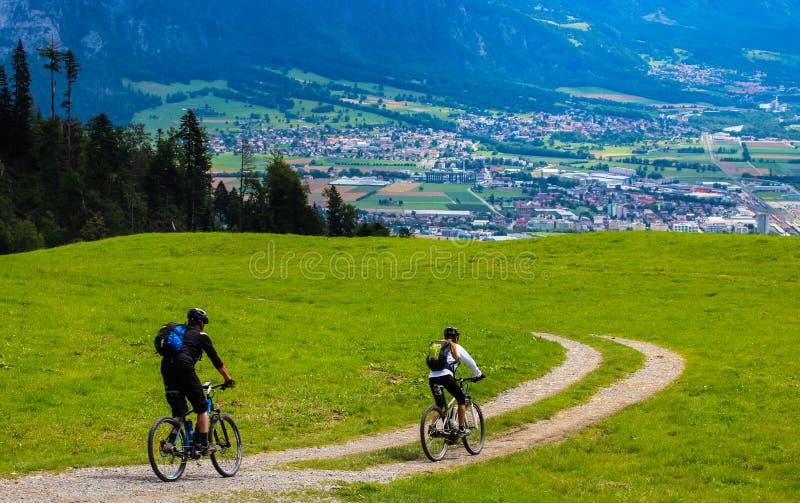 Mountainbike som är sluttande i Maienfeld Schweiz royaltyfria bilder