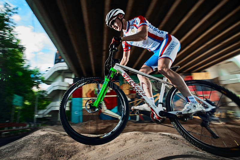 Mountainbikecyklist som gör wheeliejippo på en mtbcykel royaltyfri fotografi