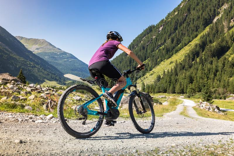 Mountainbiker em uma estrada do cascalho nos cumes de Tirol, Áustria imagens de stock royalty free