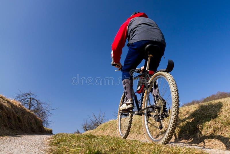 Mountainbiker em uma rua imagens de stock