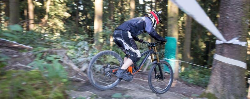 Mountainbiker incliné photos stock