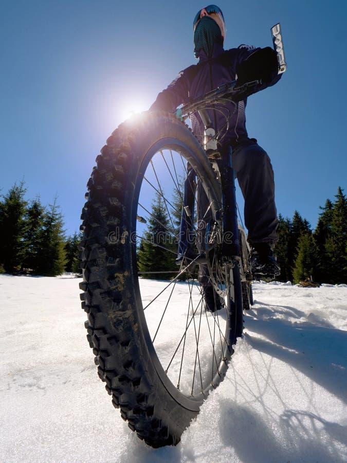 Mountainbiker montant la traînée neigeuse en hiver Cycliste sur le vélo dans la neige profonde photo libre de droits