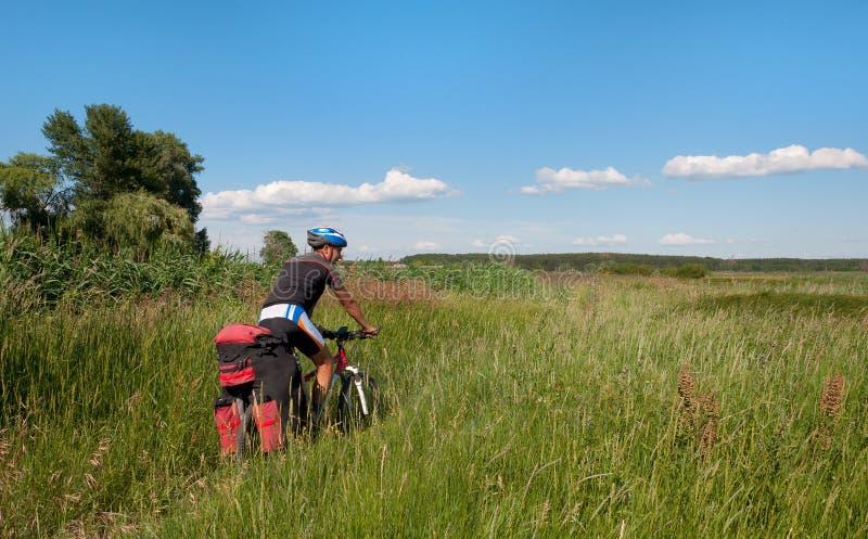 Mountainbiker neben einem schönen Fluss lizenzfreies stockbild