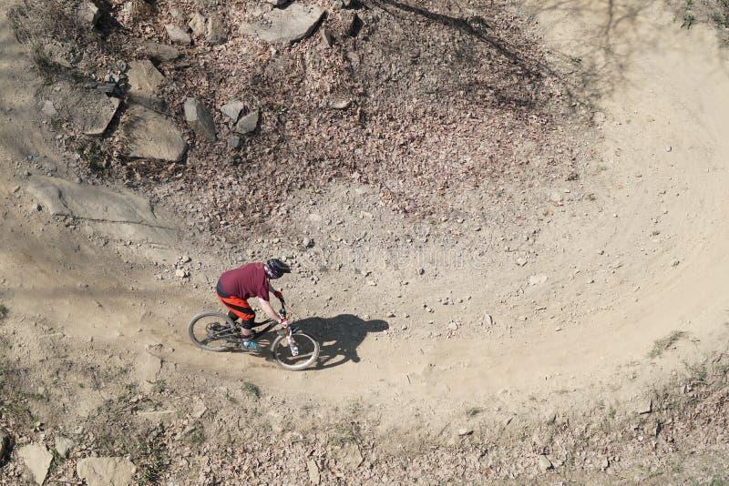 Mountainbiker von oben stockbild