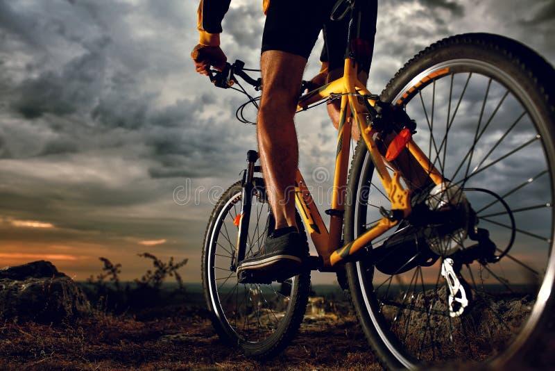 Mountainbikeradfahrerreiten im Freien lizenzfreies stockbild