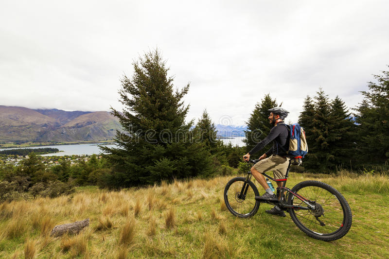 Mountainbikereiter am See Wanaka stockfotografie