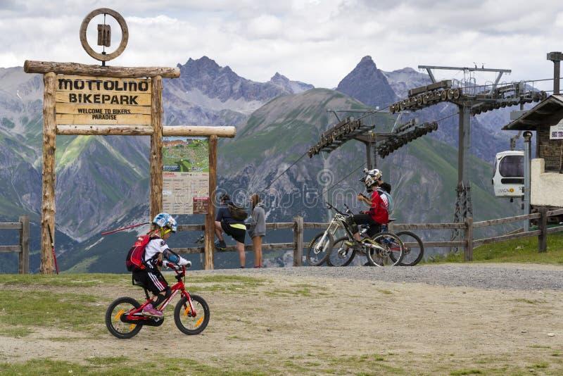 Mountainbikeryttare som får klara i Mottolino bikepark på 3 Augusti 2016 i Livigno, Italien royaltyfri fotografi