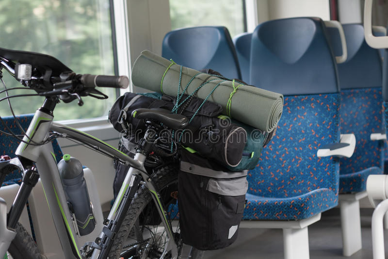 Mountainbiket med sadelpåsar transporteras i drevet royaltyfria bilder