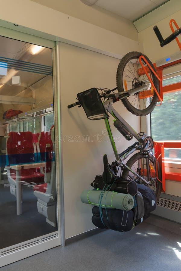 Mountainbiket med sadelpåsar transporteras i drevet fotografering för bildbyråer