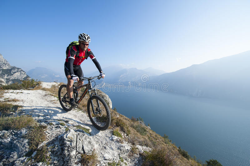 Mountainbiking über dem See garda stockfotos