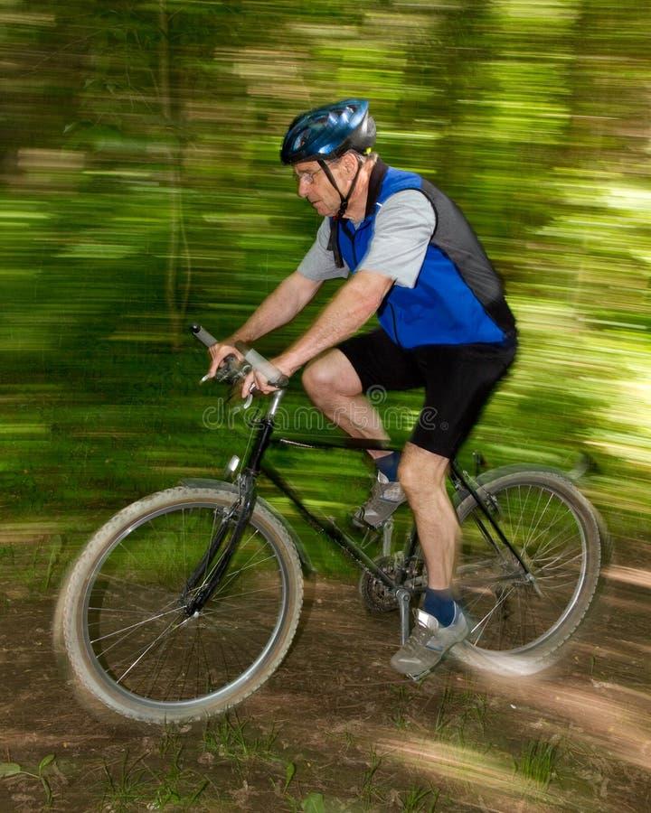 Mountainbiking aîné image libre de droits
