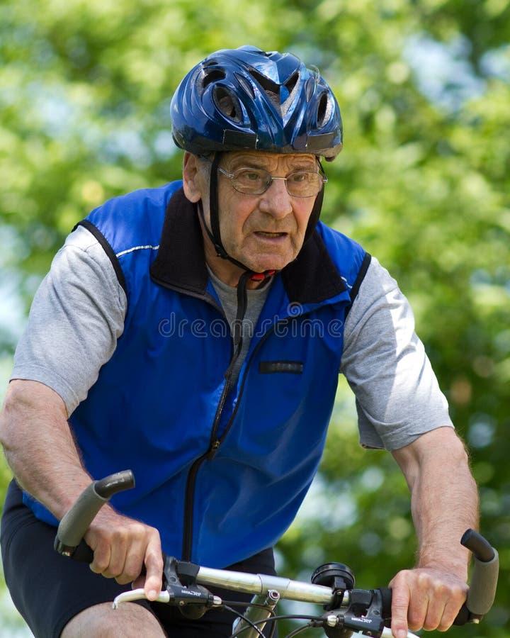 Mountainbiking aîné images libres de droits