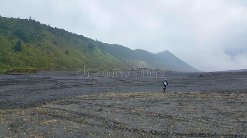 Mountainbiking jusqu'au dessus de la montagne Bromo photos libres de droits