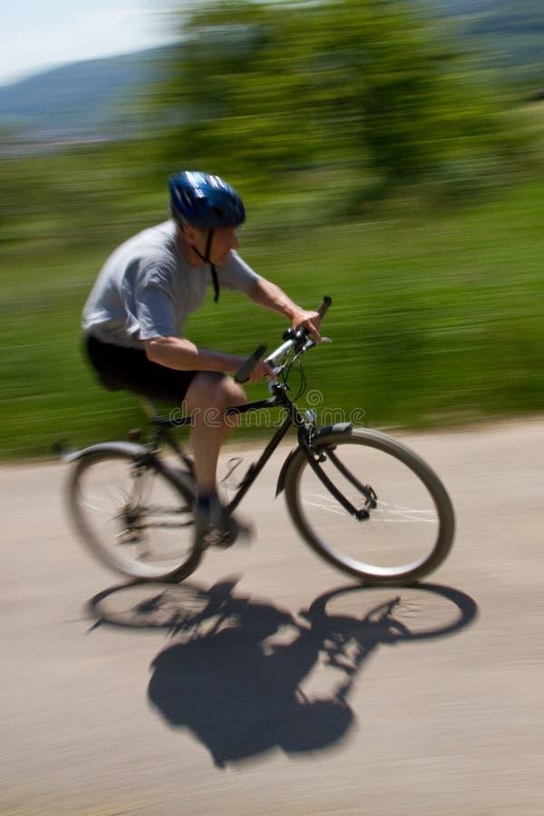 Mountainbiking sênior imagens de stock