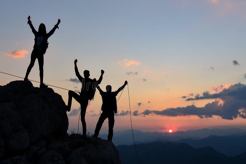 Mountaineering drużyna na szczycie górskim zdjęcia royalty free