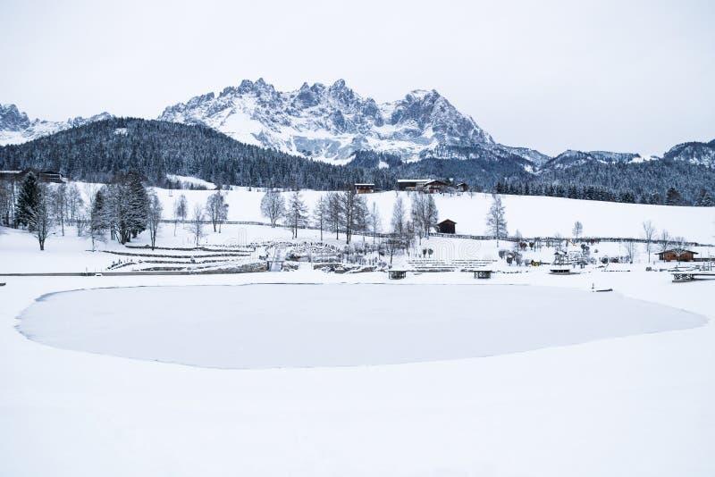 Mountainrange de Wilder Kaiser avec la neige avec le lac congelé, AM allant Wilden Kaiser, Tyrol, Autriche photos stock