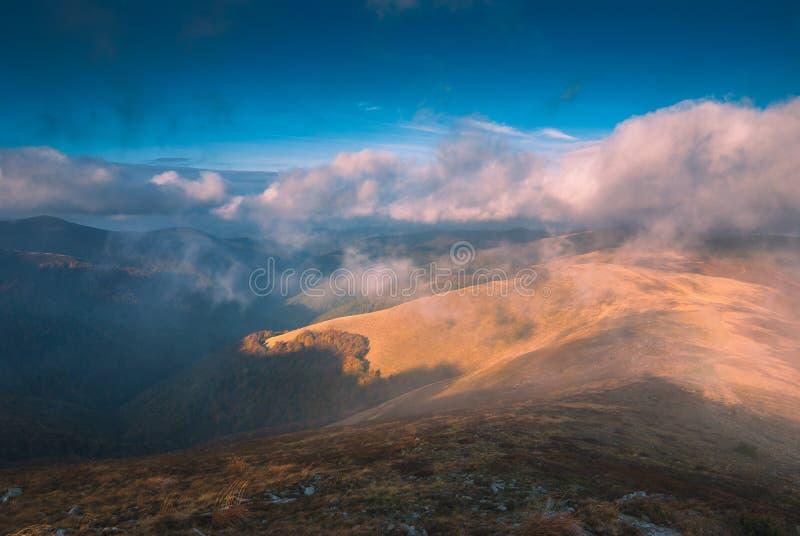 Mountains_1 enevoado Carpathian fotografia de stock
