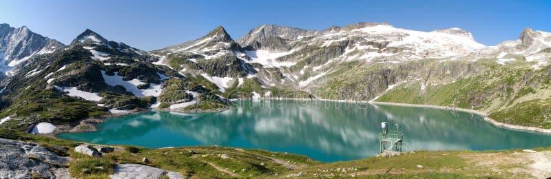 Mountainsee in Österreich lizenzfreie stockfotos