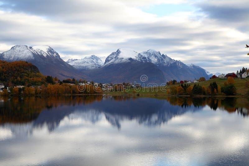 Mountainsee im Fall stockbild