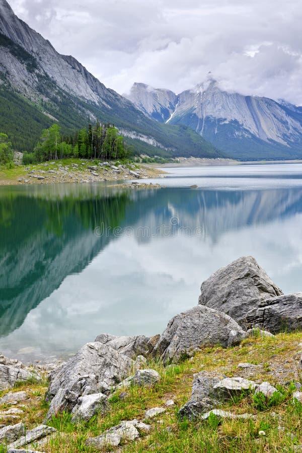 Mountainsee im Jaspis-Nationalpark stockfotos