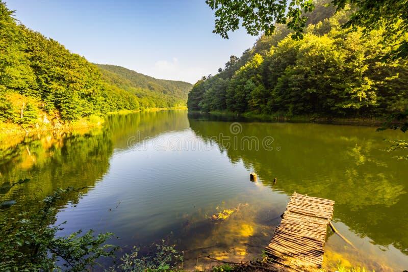 Mountainsee mit Ponton und blauem Himmel lizenzfreie stockfotos