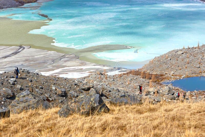 Mountainsee mit Türkiswasser-Stromlandschaft, Fann, Pamir Alay, Tadschikistan lizenzfreies stockbild