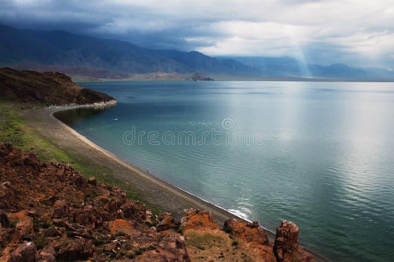 Mountainsee Tolbo Nuur, Mongolei stockfotos