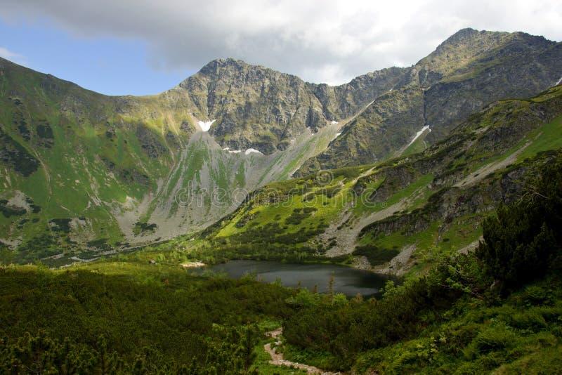 Mountainsee umgeben durch Hügel stockfoto