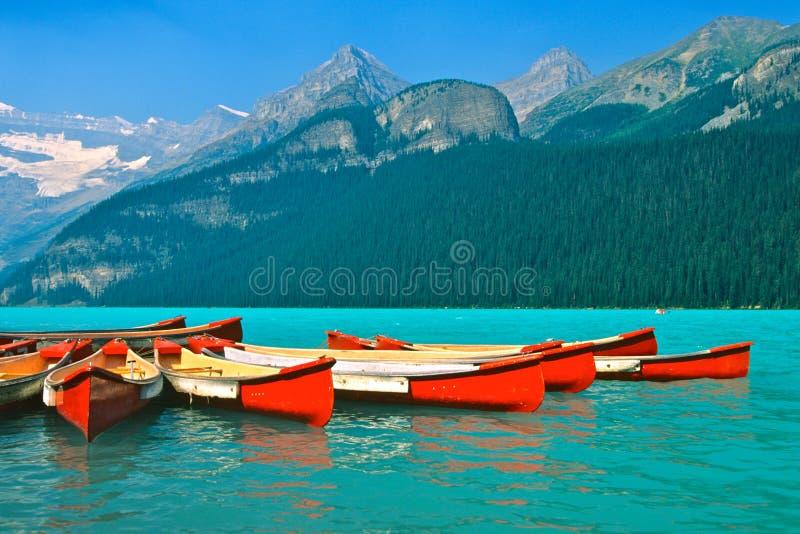 Mountainsee und Kanus stockfotografie
