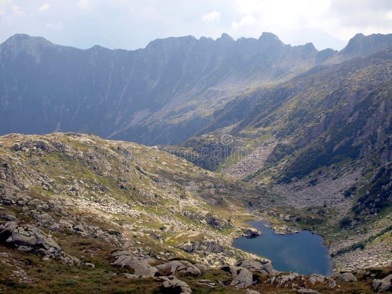 Mountainsee, Wolken und die Ungeheuerlichkeit der Berge, mountai lizenzfreie stockfotografie