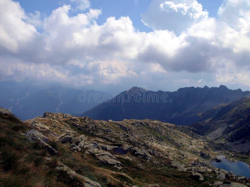 Mountainsee, Wolken und die Ungeheuerlichkeit der Berge, mountai stockbilder