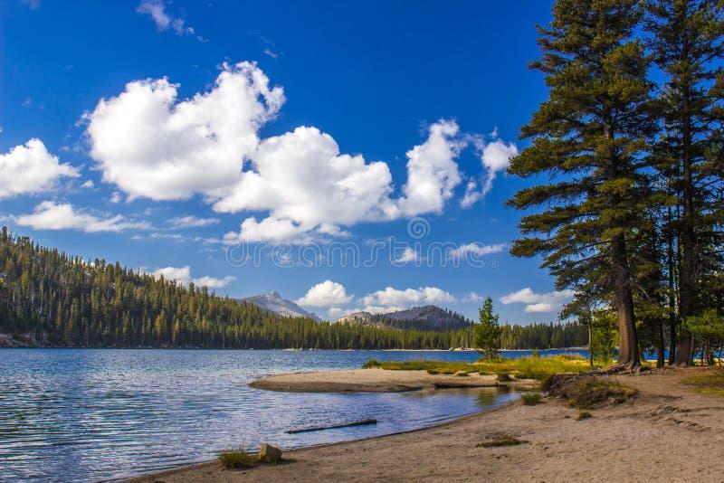 Mountainsee in Yosemite-Park lizenzfreies stockfoto
