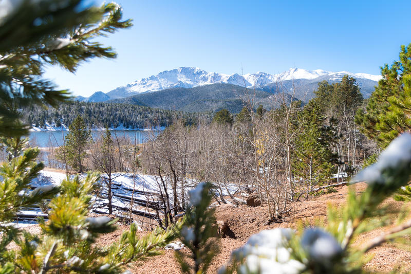 Mountainside湖 库存照片