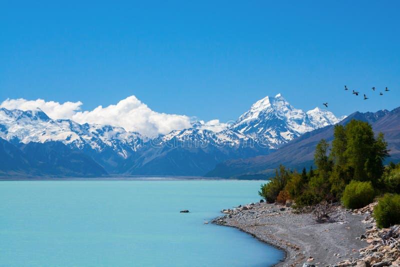 Mountainst och turkos sjö arkivbilder