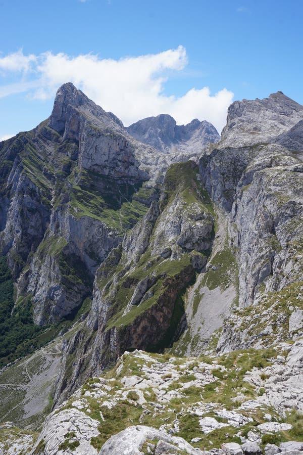 Mountainviews bonitos em Parc Nacional los Picos de Europa no país Basque, Espanha do norte fotos de stock