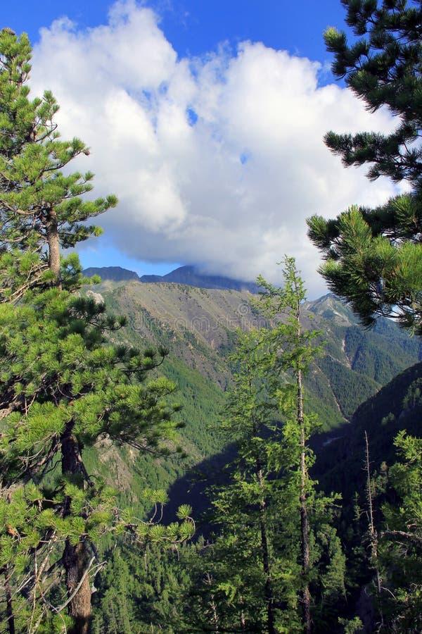 Mountan mit Wolken lizenzfreies stockbild