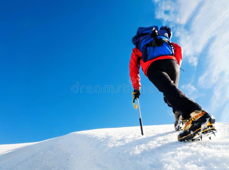 Mountaneer wspinaczki na lodowu Pogodny jasny dzień Mont Blanc, Cha obrazy stock