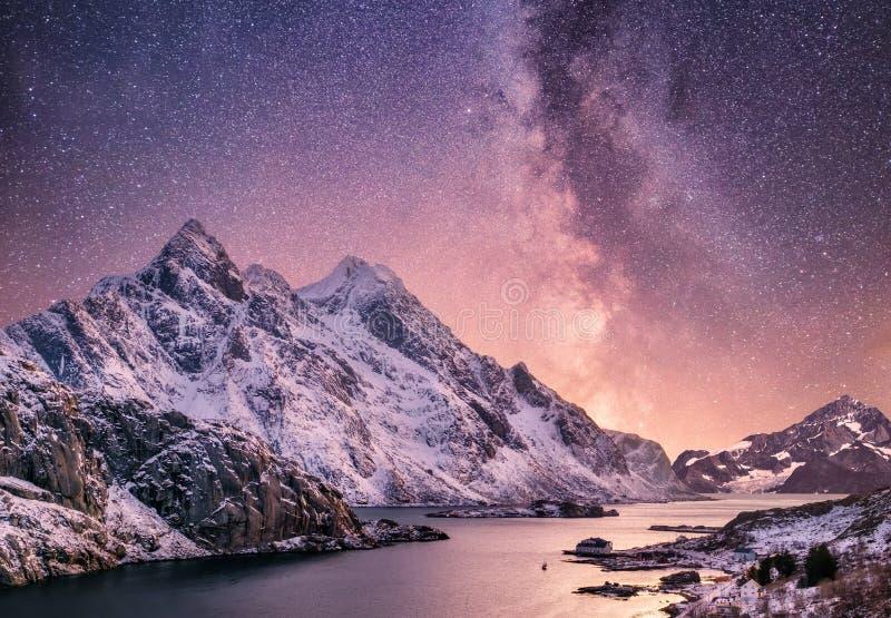Mountans och reflexionen på vattnet ytbehandlar på nattetiden Havsfjärd och berg på nattetiden Mjölkaktig väg ovanför berg fotografering för bildbyråer