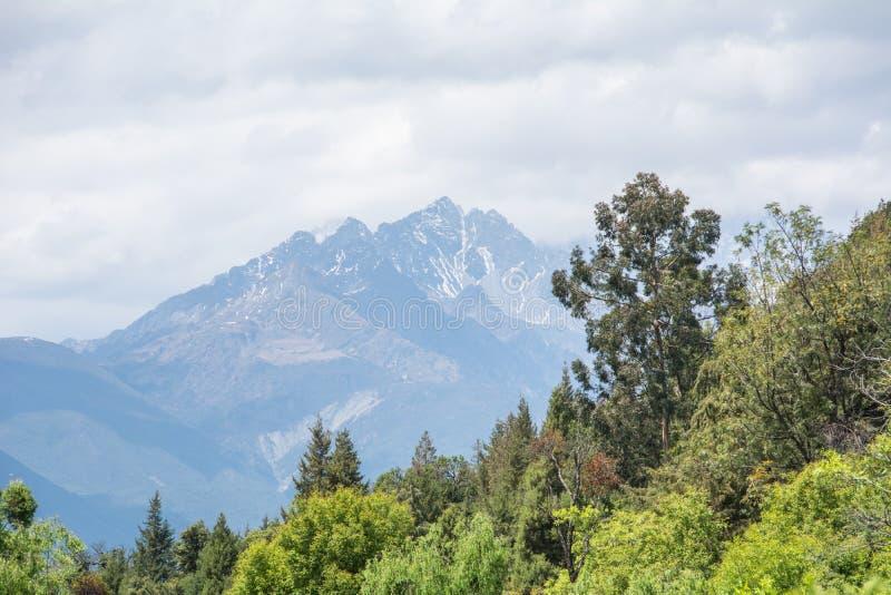 Mountian en la visión desde el parque foto de archivo