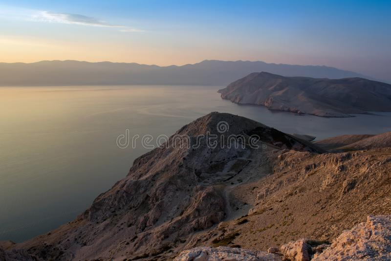 Mountians и море в свете восхода солнца, Baska Хорватии стоковая фотография