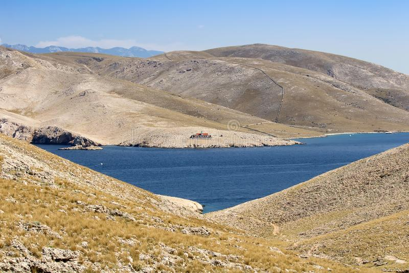 Mountians с морем и маяком, Baska Хорватией стоковое изображение