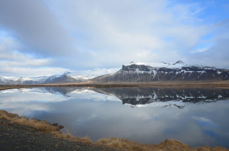 Mountians hermoso que refleja en agua en Islandia fotografía de archivo libre de regalías
