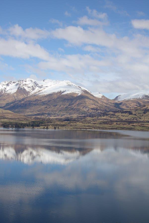 Mountians reflejó en el lago claro imagen de archivo