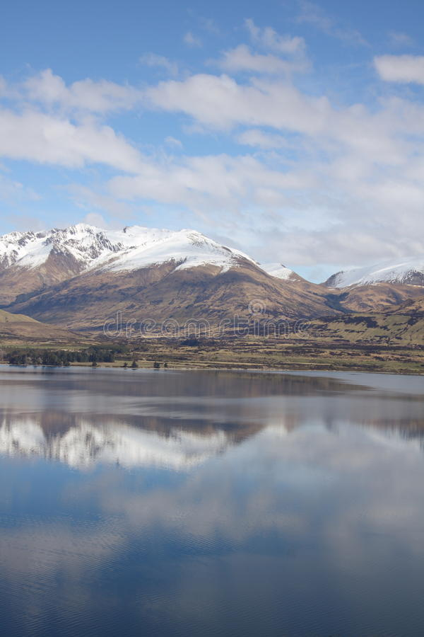 Mountians s'est reflété dans le lac clair image stock